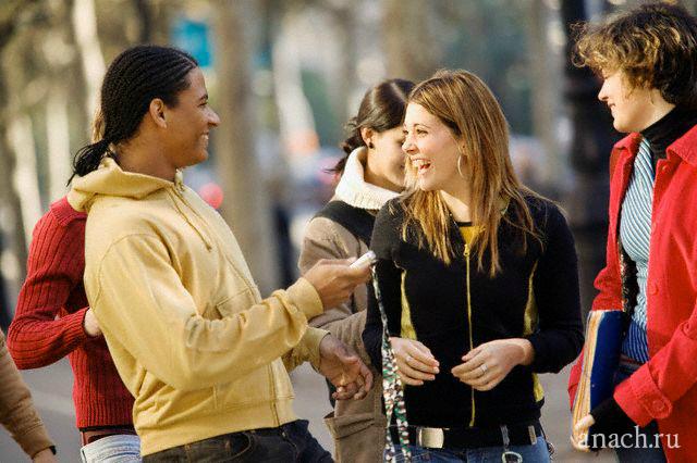 people talking Языки, традиции и культура страны, в которую едете